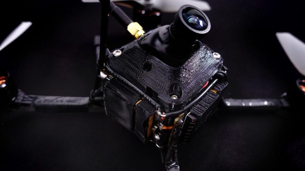 Дрон имеет массу почти 800 граммов. Большинство составных частей напечатаны на 3D-принтере.