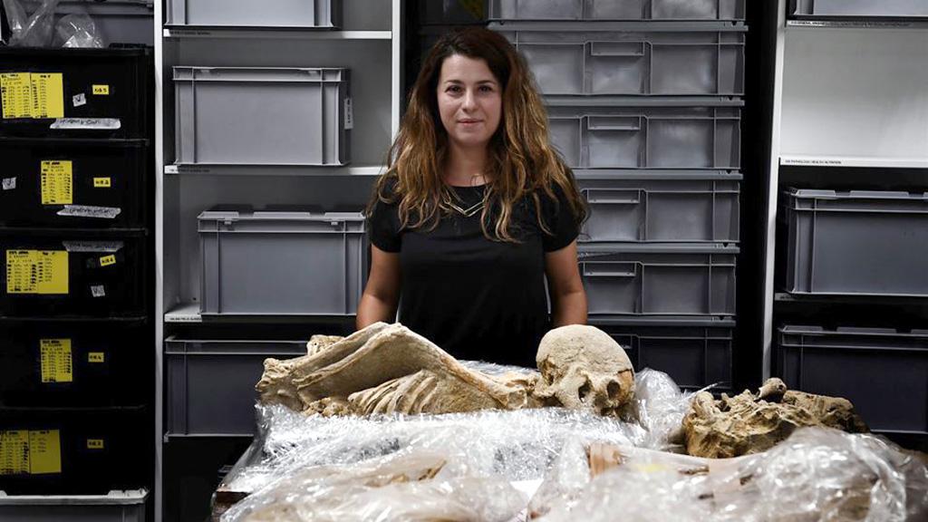 Биоархеолог Элеанна Преведеру вместе с одним из фалиронских скелетов. Фото: Aris Messinis/AFP
