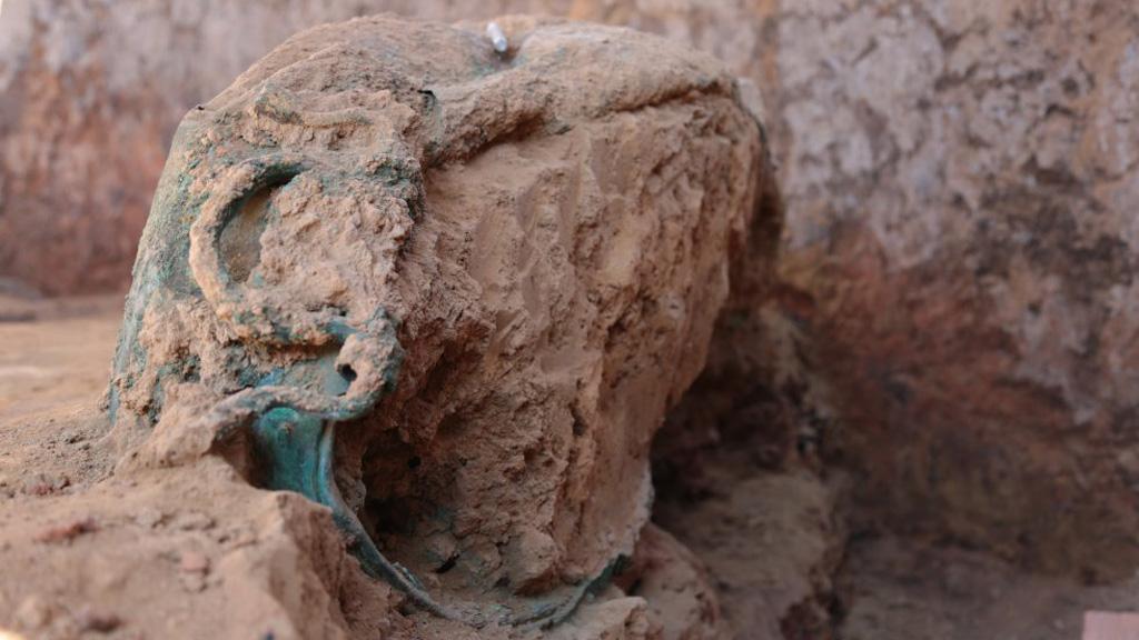 Бронзовый котел, найденный при раскопках в Турунуэло. Фото: C.Martinez / El Pais