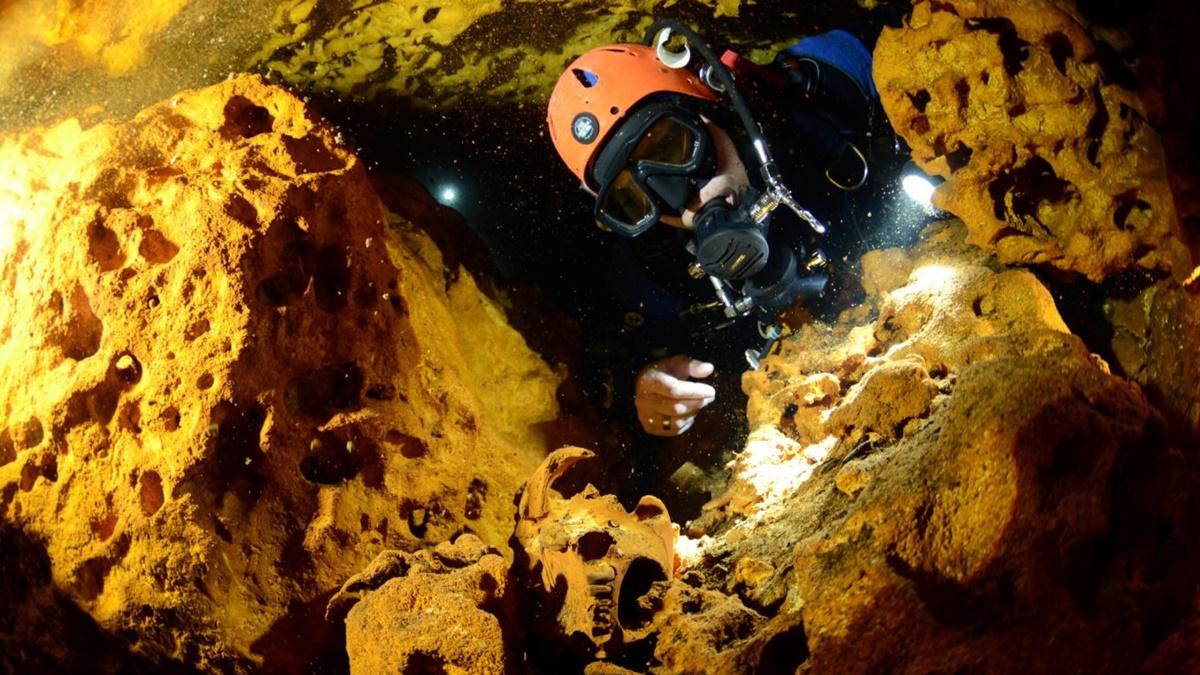 В пещере нашлись следы вымершей фауны, останки древних людей, фрагменты керамики, археологических построек и могил майя.