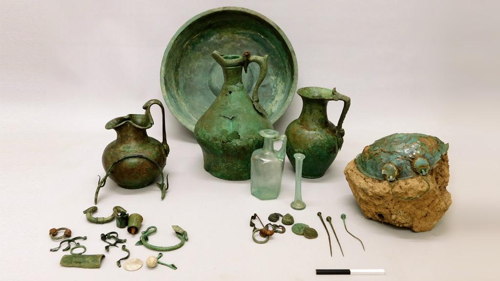 Некоторые артефакты, найденные при раскопках римского кладбища рядом с Беммелем. Фото: Rijkswaterstaat