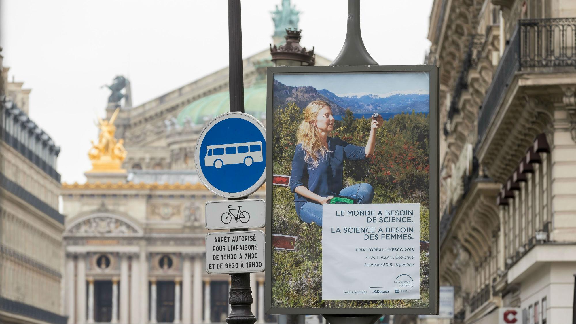 Постеры с именами и кратким описанием работ лауреатов мы встретили уже в аэропорту Париж √ Шарль-де-Голль. Позднее приятно было увидеть их и на улицах французской столицы.