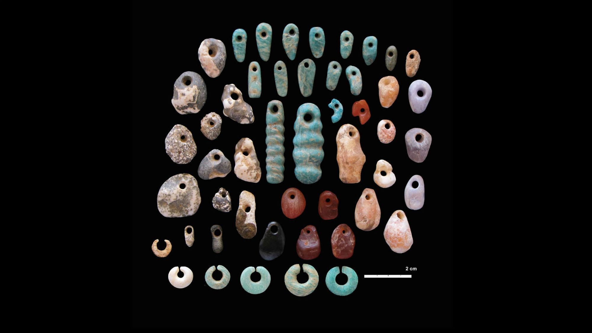 Каменные подвески и серьги, найденные на древнем кладбище в Кении. Захоронение было построено древними пастухами Восточной Африки порядка 5000-4300 лет назад.