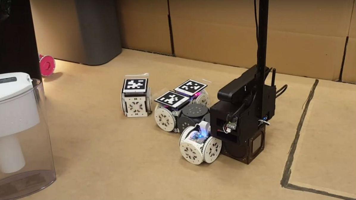 В одном из экспериментов модульной системе роботов была поставлена задача найти и извлечь розовый объект, а затем доставить его в заданную точку.