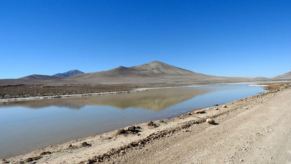 Небольшой водоём в засушливом регионе пустыни Атакама.