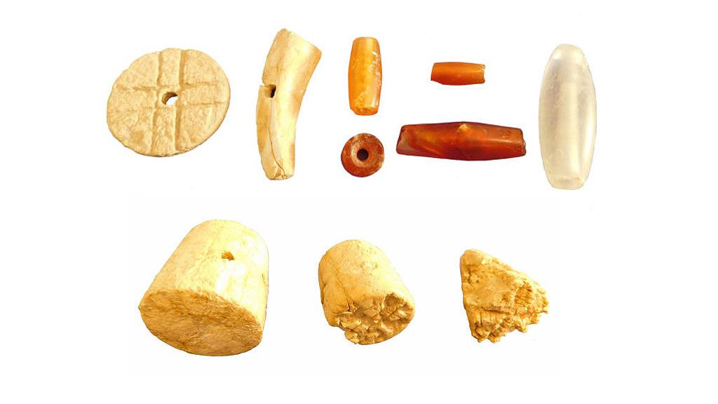 Бусины из женского погребения в Петрасе и печатки из слоновой кости. Фото: Department of Antiquities of Greece