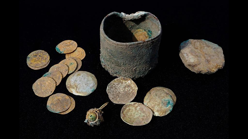 Золото═и бронзовая═шкатулка, найденные в Кесарии. Фото: Israel Antiquities Authority