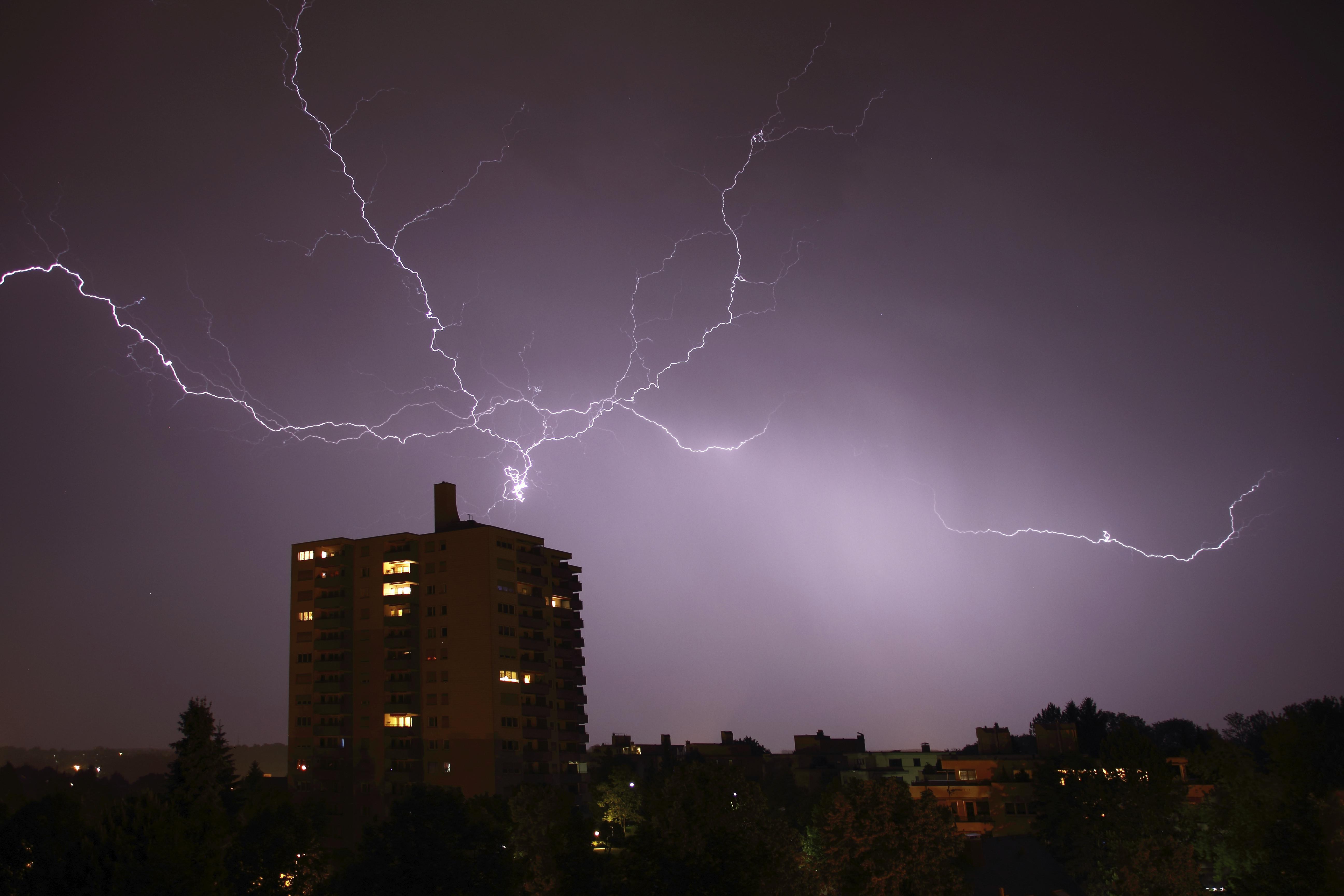 В перспективе лазерные лучи смогут вызывать молнии, исходящие от облака до земли.