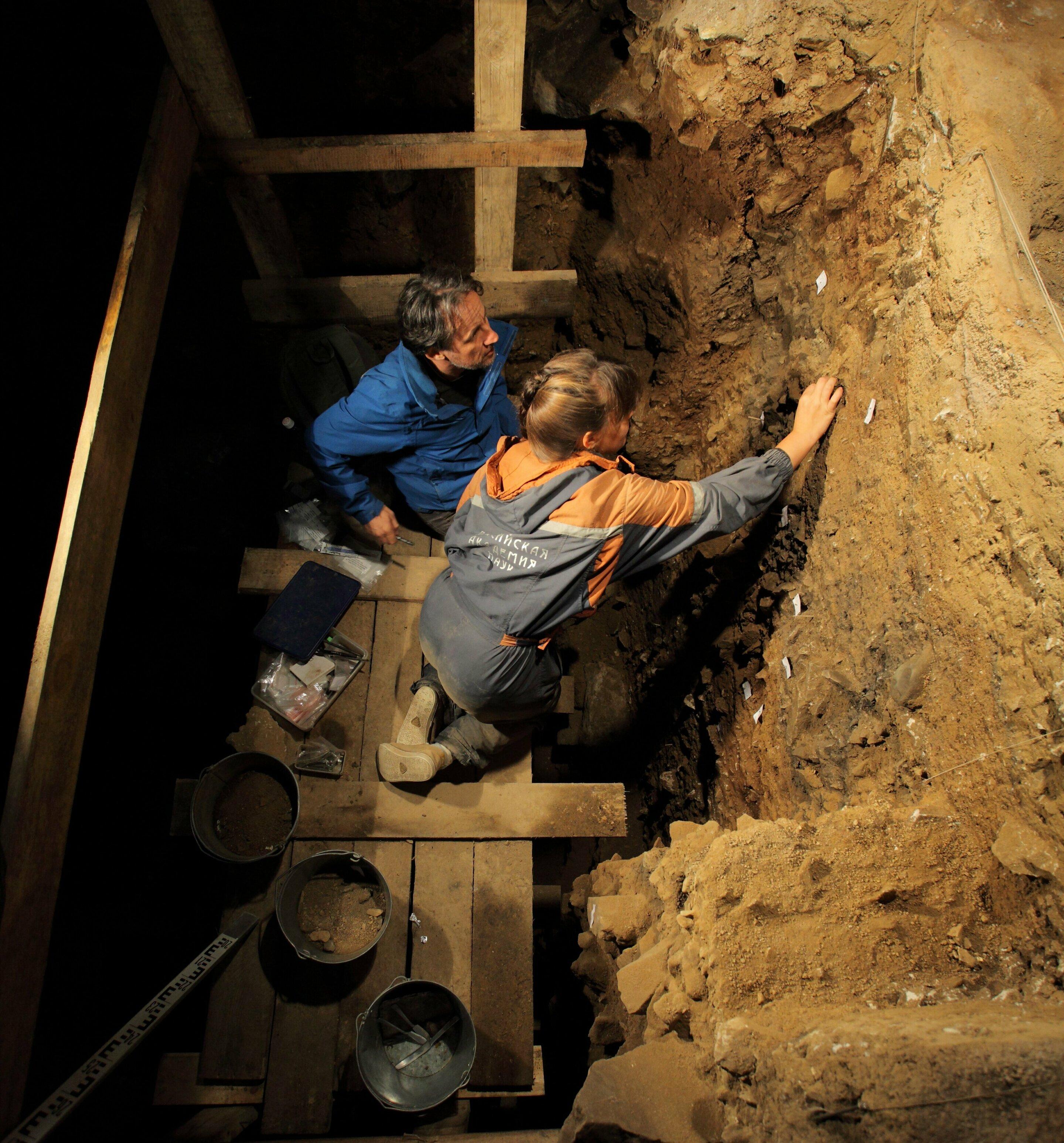 Эксперты датировали все слои пещеры.