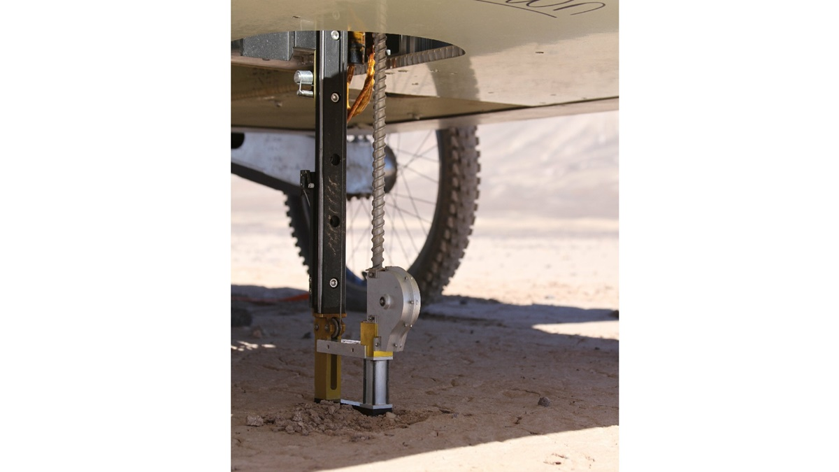 При помощи бура ровер смог пробурить почву пустыни на глубину до 80 сантиметров. В будущих экспериментах планируется отбор проб с ещё большей глубины.