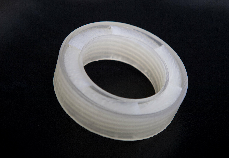 Пластиковое кольцо свободно пропускает воздух, почти полностью задерживая нежелательные шумы.