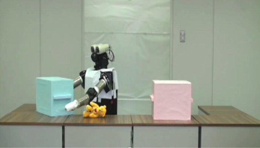 В разных опытах робот мог прятать игрушку или искать её.