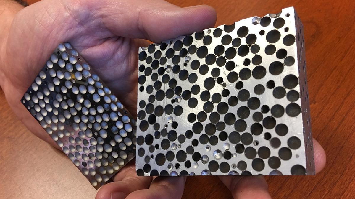 Образец композитной металлической пены.