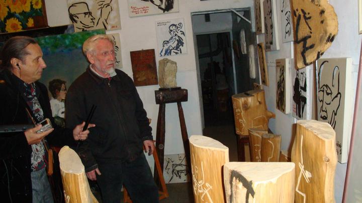 Париж, мастерская художника Николая Дронникова, не раз рисовавшего и Г.Вишневскую, и М.Ростроповича. Присмотритесь к его  рисункам.