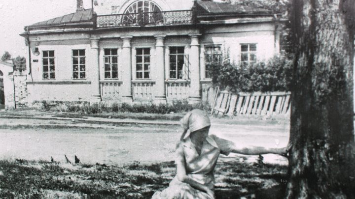 Анна Ахматова перед домом Луковникова на фото Л.Горнунга, в июле 1936 года.