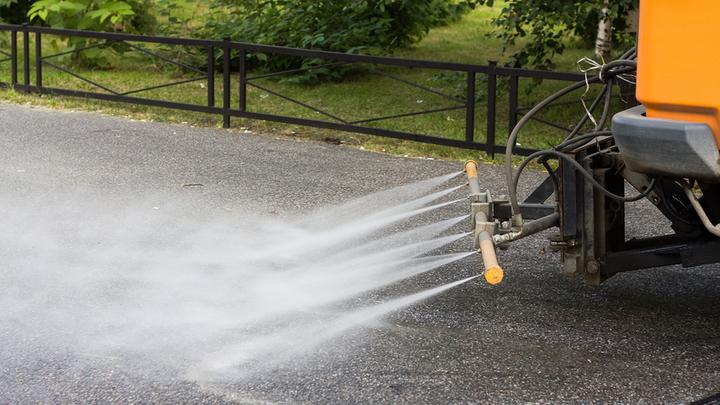 Столичные коммунальщики начали чаще проливать дороги из-за жаркой погоды