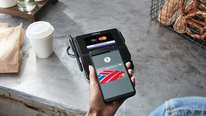 """Снимать """"наличку"""" в банкоматах можно будет с помощью iPhone и Android-смартфонов"""