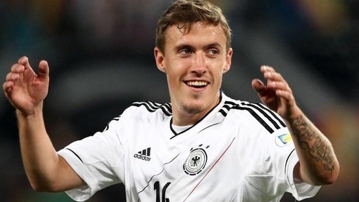 Немецкий футболист сделал предложение невесте во время интервью