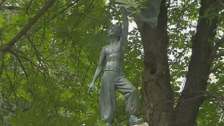 Мальчишка, гоняющий голубей. На Новодевичьем кладбище открыли памятник Льву Дурову