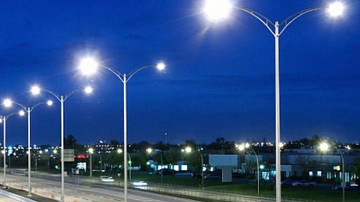 Уличное освещение ночью.