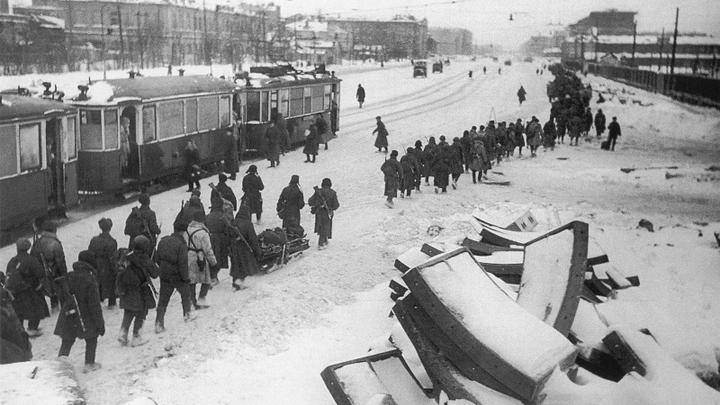 Блокада. Московский проспект: на передовую. Фото Д. Трахтенберга,1944 год.