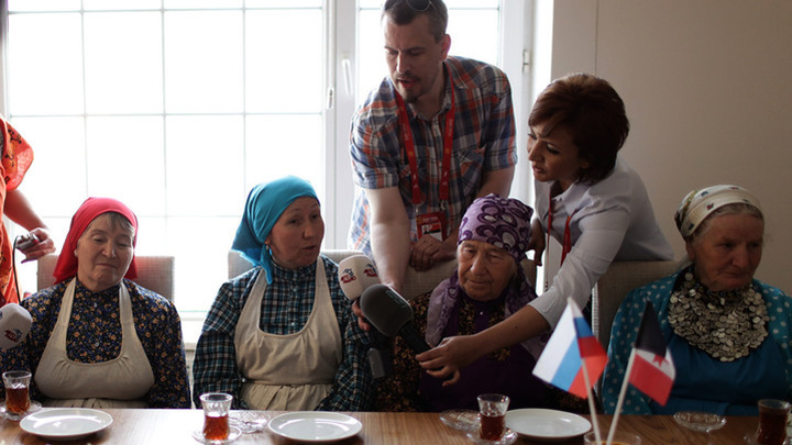 """Евровидение-2012. """"Бурановские бабушки"""" пьют чай с журналистами /Eurovision 2012. """"Buranovskiye Babushki"""" are drinking tea with journalists"""