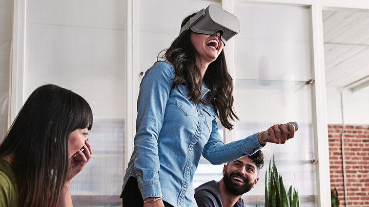 Facebook начнет показывать рекламу в виртуальной реальности