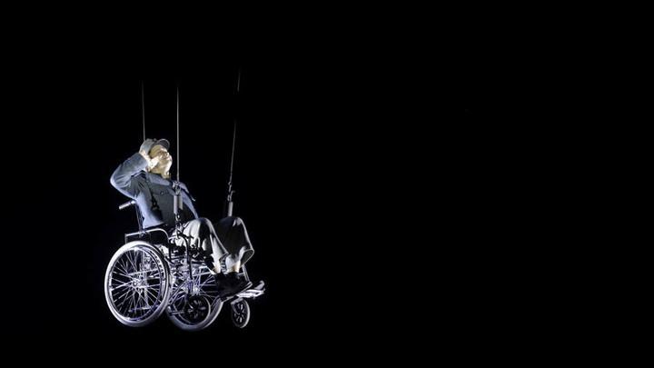 Спектакль В. Фокина «Швейк. Возвращение». Швейк – Степан Балакшин. Фото Владимира Постнова