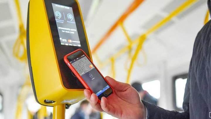 Москвичи смогут расплачиваться смартфоном за проезд в автобусах