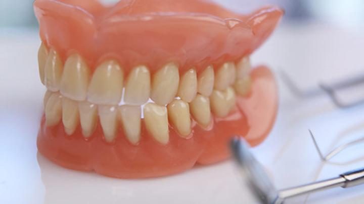 Съёмные зубные протезы на присосках.
