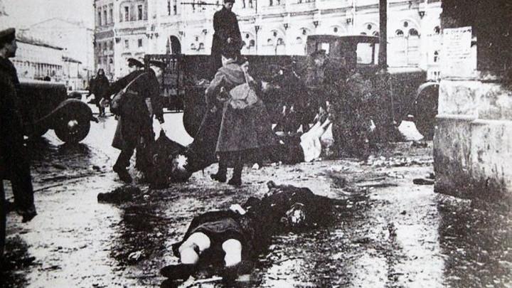 Блокада. После немецкого обстрела на Невском проспекте у Московского вокзала, 1941 год