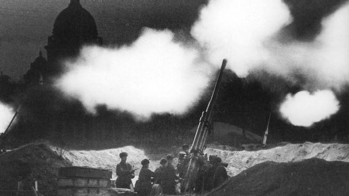 Блокада. Зенитчики на Сенатской площади около Исаакия отражают налет немецкой авиации, 1941 год