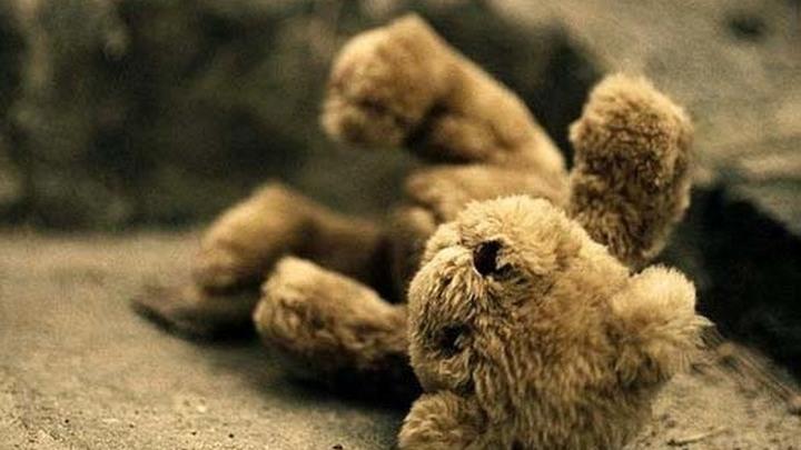 Детская игрушка, брошенная в грязь