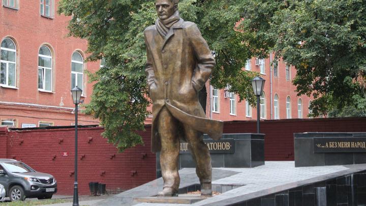 Воронеж, памятник земляку - А.Платонову, сегодня на главной улице города. Авторы П.Дикунов и Э.Пак