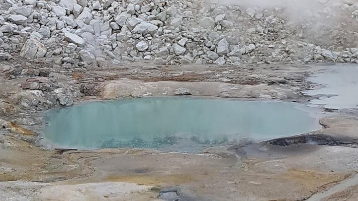 Пруд в Национальном парке Лассен-Волканик (Калифорния). По мнению учёных, первые колыбели жизни √ тёплые пруды √ вероятно, выглядели примерно так же.