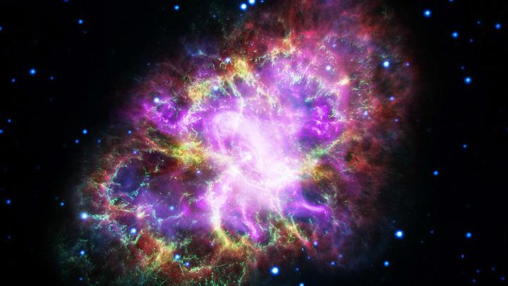 На фотографии Крабовидная туманность, содержащая один из самых знаменитых пульсаров. Честь открытия этого класса объектов в значительной мере принадлежит Джоселин Белл.