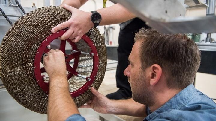 Инженеры испытывают колёса для будущих марсоходов.