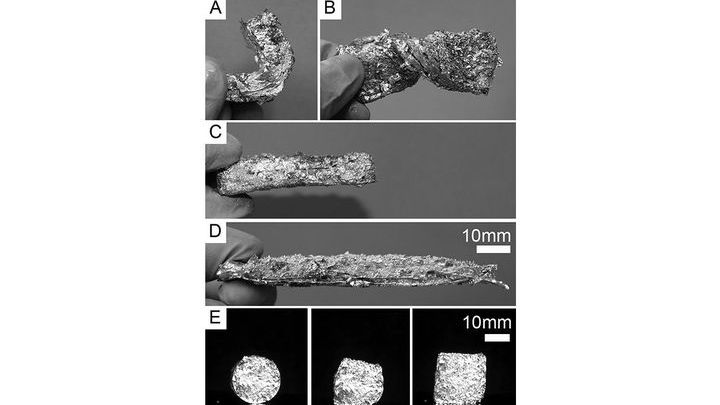 Пенометаллический материал может быть нагрет для того, чтобы изменить свою форму, а затем охлаждён, чтобы восстановить свою твёрдость