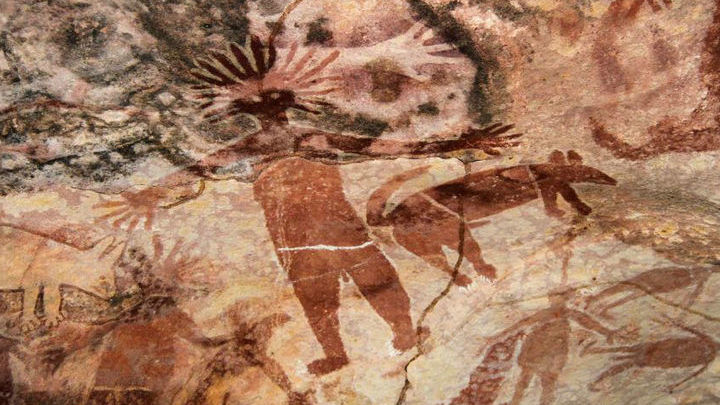 Наскальный рисунок, изображающий людей и собак динго, найденный в австралийском штате Квинсленд