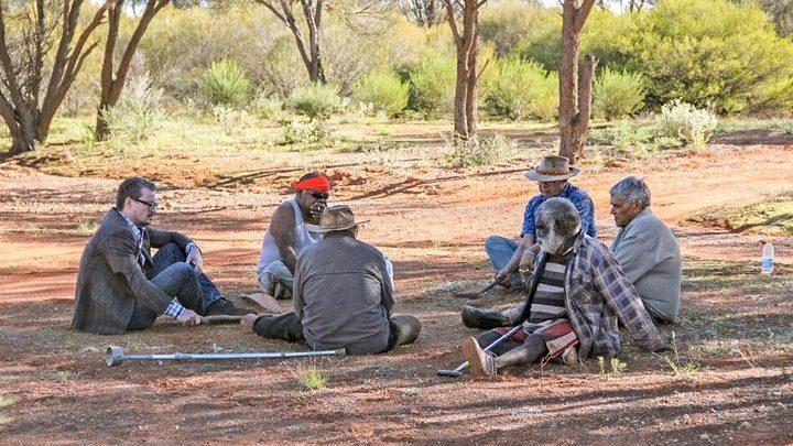 Эске Виллерслев (слева) со старейшими австралийскими аборигенами.