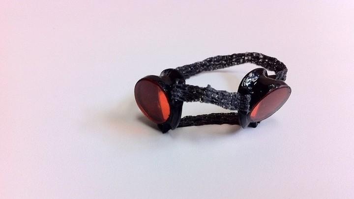 На 3D-принтере специально для попугая распечатали маленькие очки, чтобы защитить его глаза от действия лазеров.