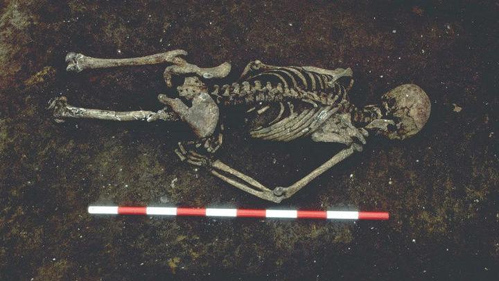 Человек к тому же был похоронен лицом вниз. Возможно, люди боялись, что он даже после смерти сможет им навредить.