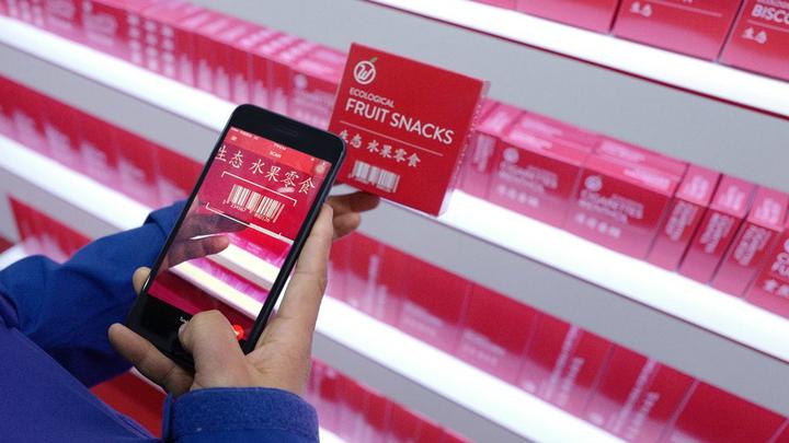 Клиент должен просканировать при помощи камеры на смартфоне штрих-код товара, и с его кредитной карты спишется стоимость покупки.