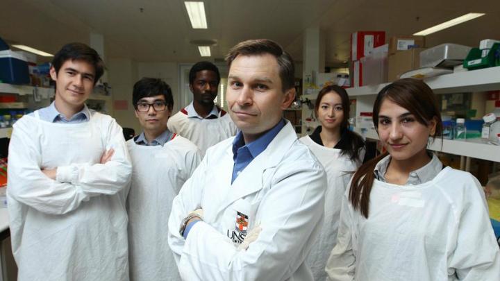 Профессор Дэвид Синклэр (в середине) и его команда. Учёный посвятил работу своей матери, которая в течение двух десятилетий боролась с онкологией.