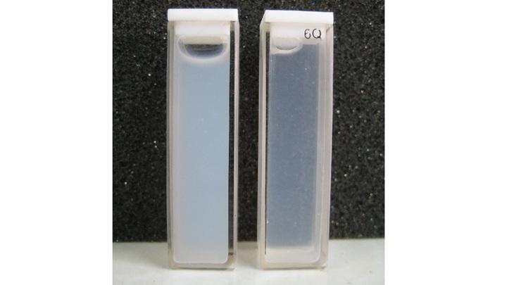 Внешний вид дисперсий оксида цинка в воде, содержащих немодифицированые (слева) и модифицированые (справа) нанопорошки.