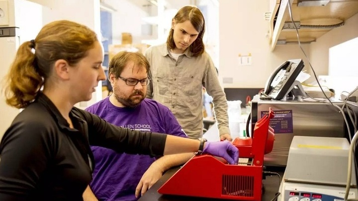 Исследователи готовят к секвенированию ДНК, несущую исполняемый код.