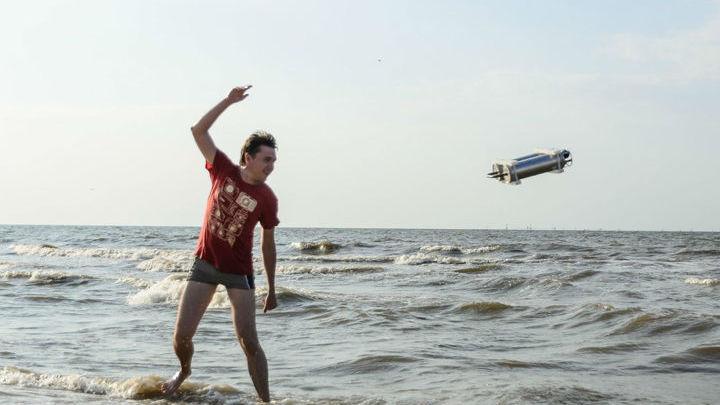 Аспирант МФТИ Александр Антонов испытывает станцию на прочность.