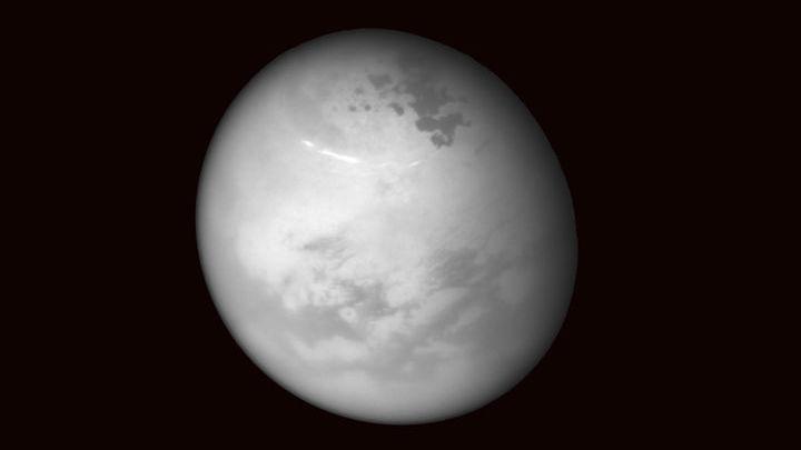 Сложная органическая химия атмосферы Титана намекает на возможность зарождения жизни.