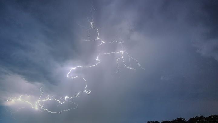 Молния √ источник гамма-квантов, которые вызывают ядерные реакции в окружающем воздухе.