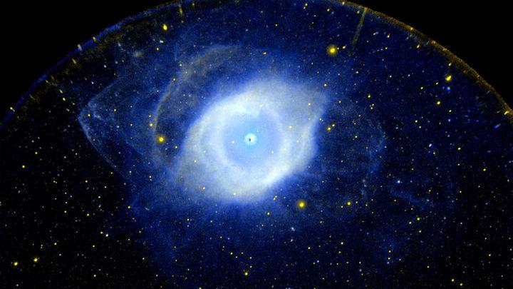 Почти все звёзды нашей галактики со временем станут белыми карликами. На иллюстрации туманность NGC7293 и белый карлик в её центре в ультрафиолетовых лучах.